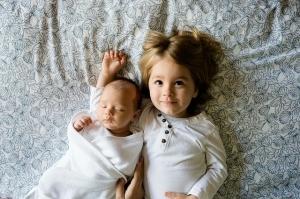 hermanos-felices-bebe-fotografia-gratis