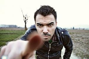 fotografia-hombre-enfadado-señalando